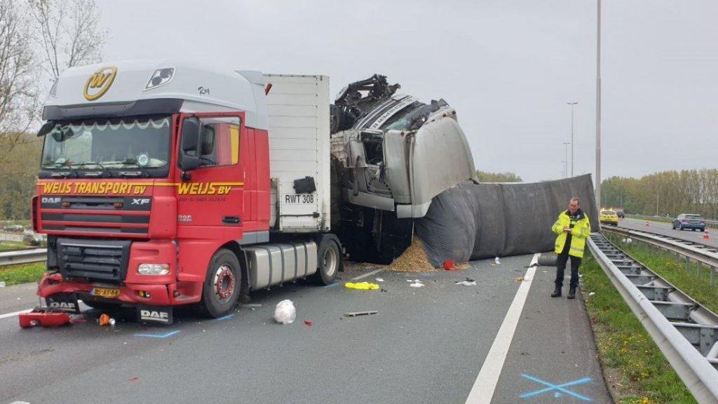 De twee vrachtwagens versperren de A73