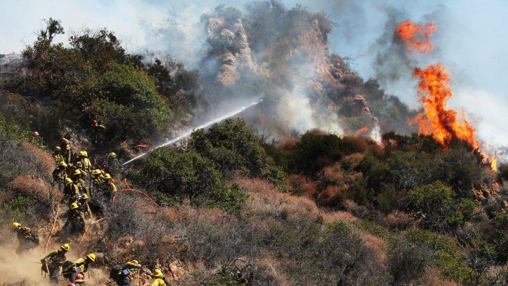 Brandweer vecht tegen de vlammen in Los Angeles.