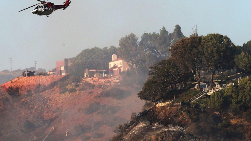 Huis gebouwd in een natuurgebied bedreigd door het vuur.