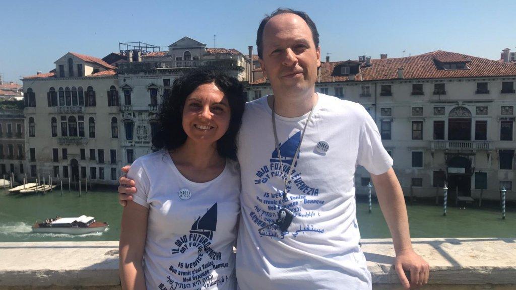 Elena Riu (links) woont in Venetië. Vanaf haar balkon heeft ze uitzicht op de Canal Grande, het grote kanaal.