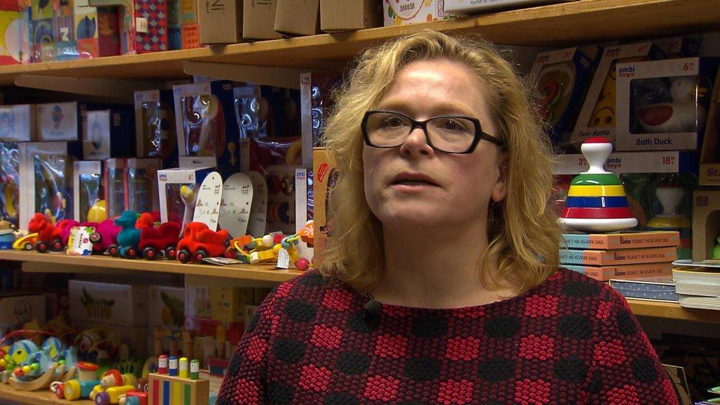 Isis Goldstein roept haar klanten op om te blijven kopen in haar winkel, anders gaat ze het niet redden.