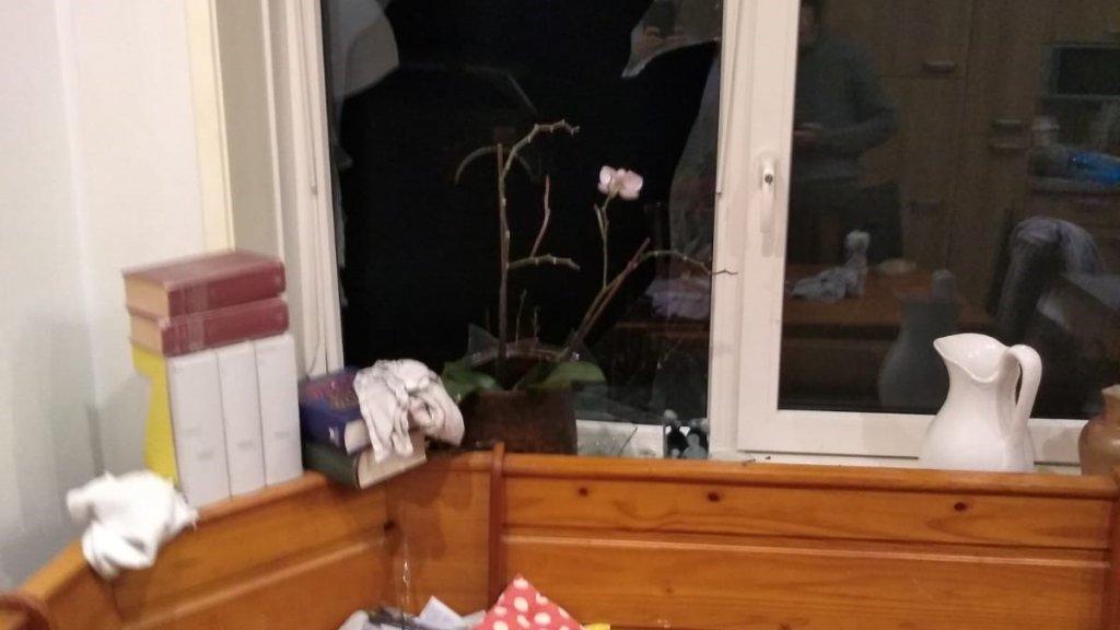 Naar het huis van het gezin werd een vuurwerkbom gegooid.