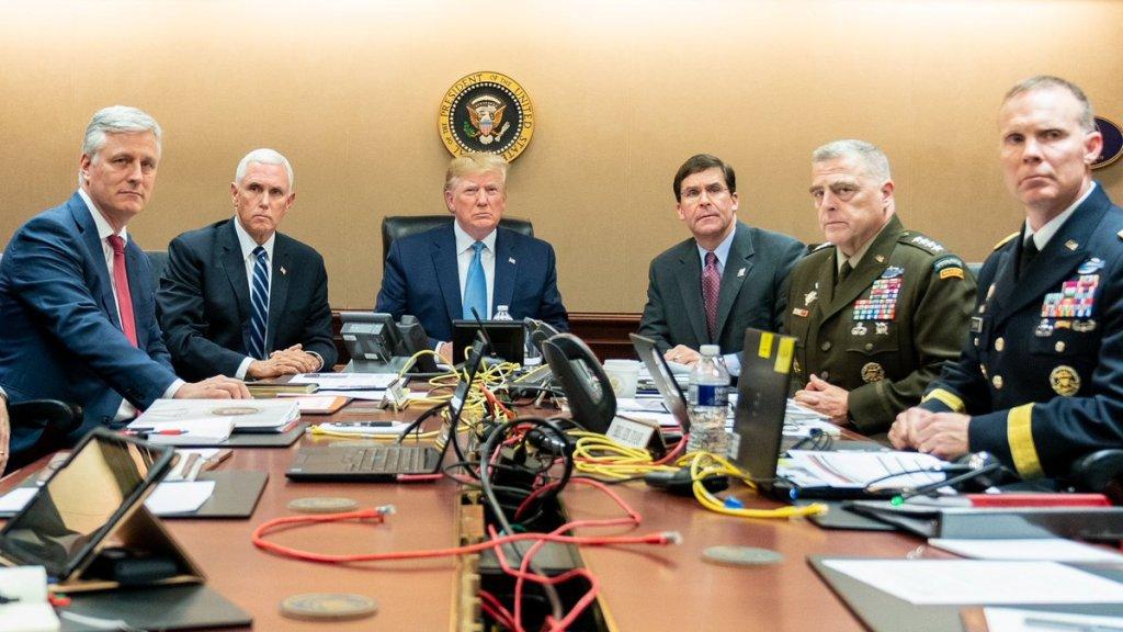 Trump kijkt samen met onder andere vicepresident Pence naar de uitschakeling van de IS-leider.