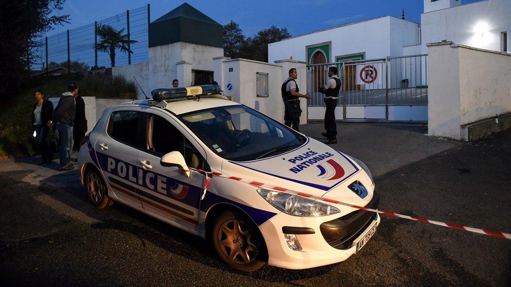 Tot laat in de avond is de moskee gesloten voor politieonderzoek.