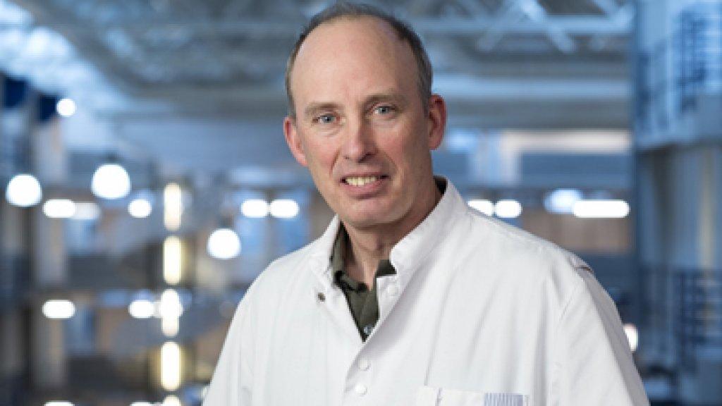 Hoogleraar Jeroen Jansen waarschuwt voor de gevolgen van alcoholgebruik.