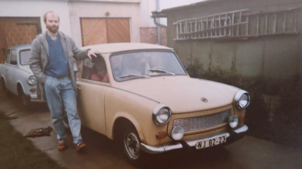 Een foto met de vader van Ulrike in 1991. Achter de gele Trabant van vrienden staat de Trabant van de familie Nagel. Na de val van de muur gingen ze samen op vakantie naar Denemarken.