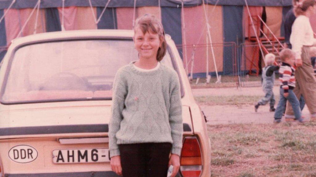 """Ulrike Nagel in 1988, ongeveer 9 jaar oud: """"Ik heb helaas geen foto waar ik op sta met onze Trabant. We maakten niet zoveel foto's toen. De auto op de foto is een Škoda."""""""