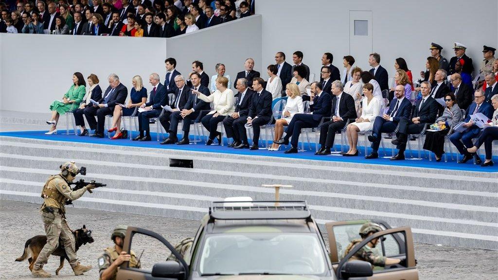 Rutte bekijkt samen met Angela Merkel een staaltje Frans machtsvertoon op 14 juli.
