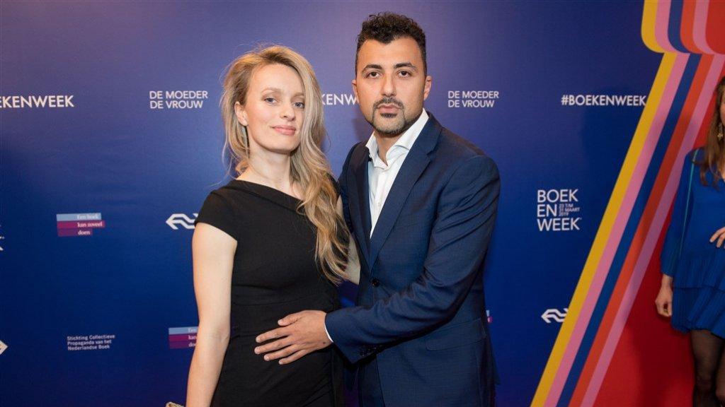 Schrijfster Anna van den Breemer met haar partner Özcan Akyol