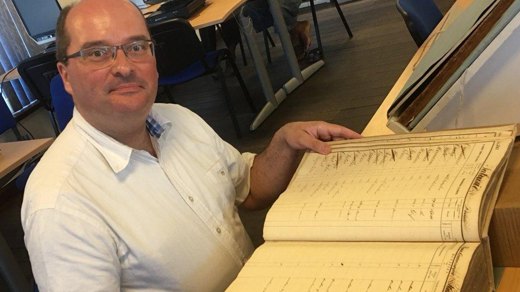 Onderzoeker Coen van Galen met de papieren registers.