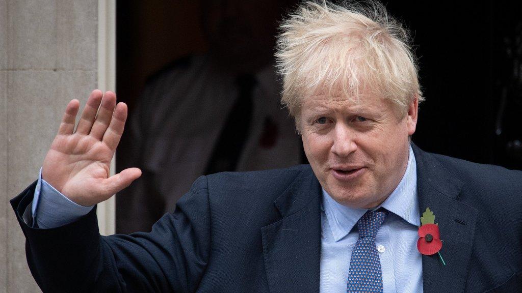 Premier Johnson verlaat de ambtswoning Downing Street 10.