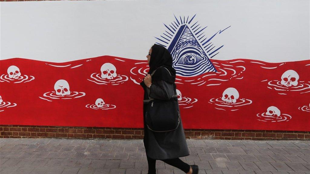 Muurschildering met doodskoppen in bloed