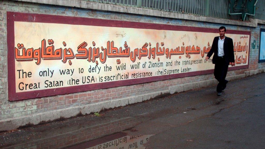 Oude muurschilderingen met slogans zijn vervangen (archief)