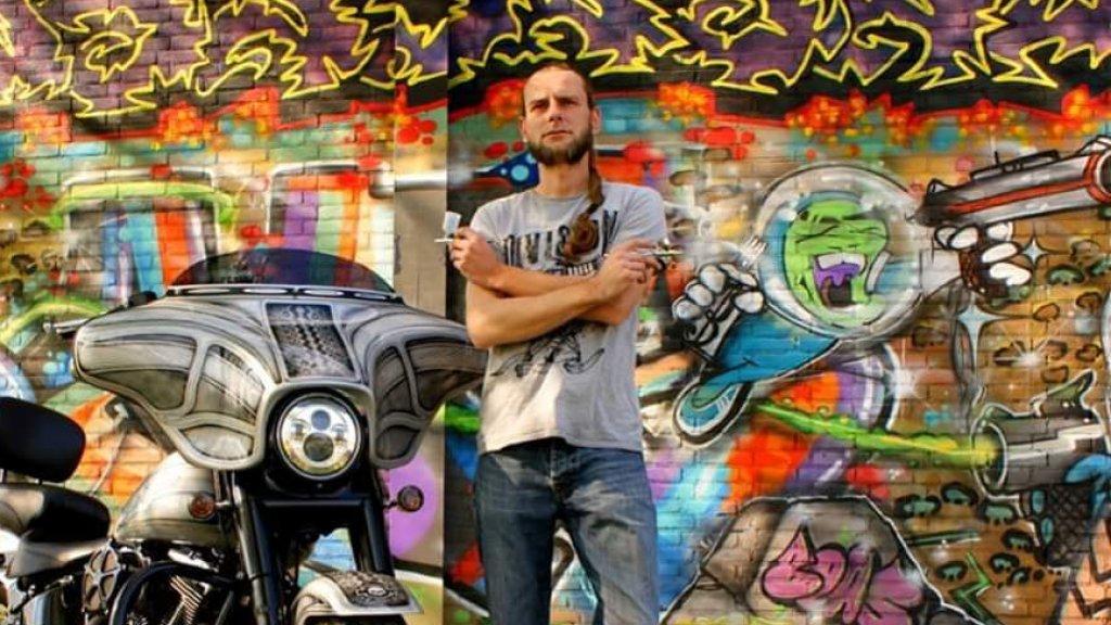 Jeffrey de Regt maakt airbrush-kunstwerken met verfspuiten die werken op lucht