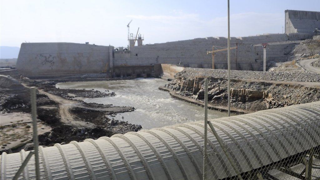 Het water wordt in de dam opgeslagen