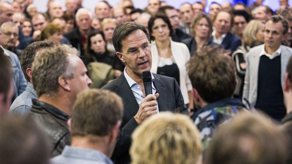Rutte spreekt belangstellenden toe in Overijssel.