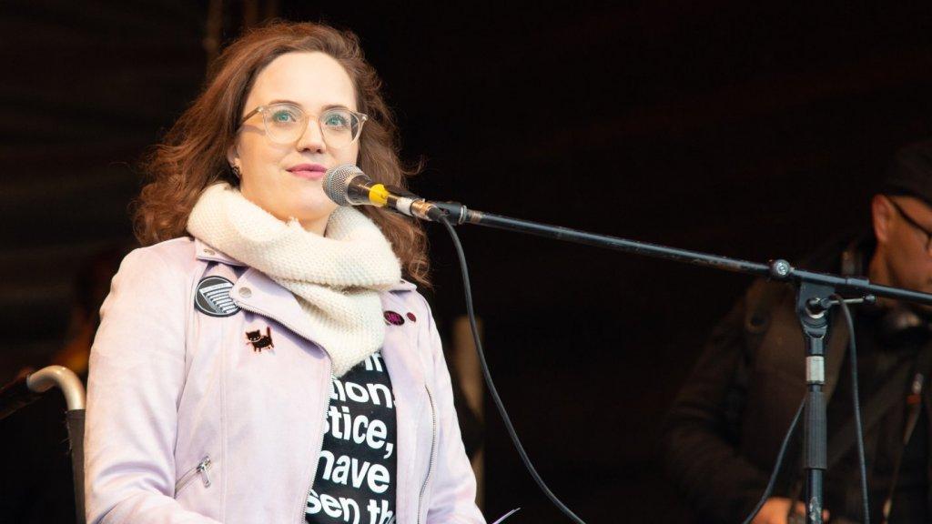 Annika tijdens haar toespraak bij de Women's March