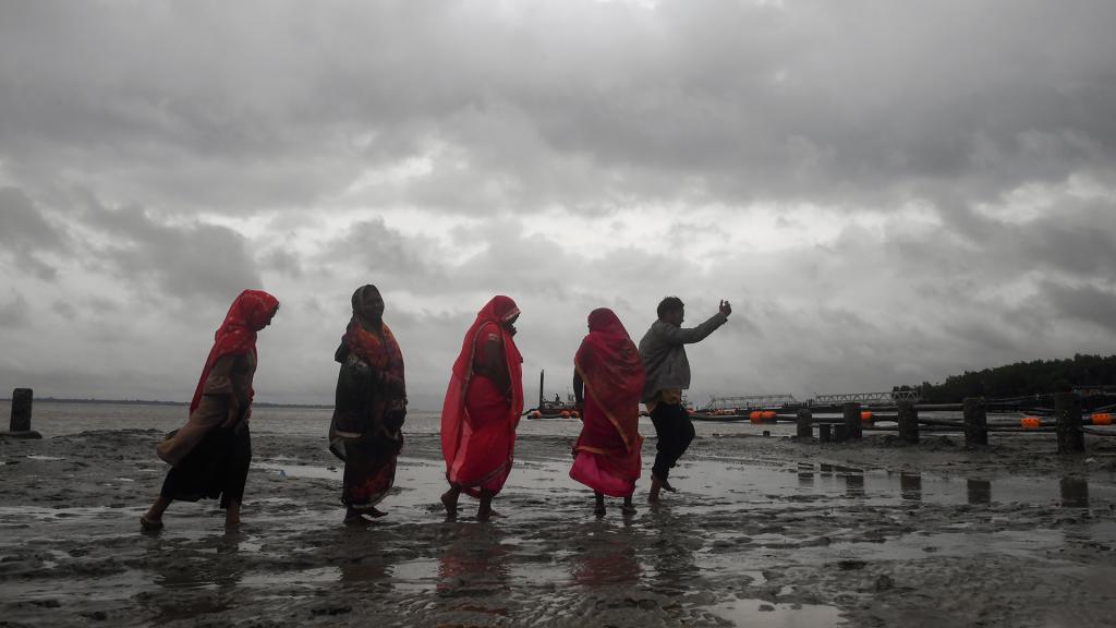 Hindoes lopen de haven uit. Tweederde van Bangladesh ligt onder zeeniveau of net erboven. Een op de drie mensen leeft aan de kust. Toch maken orkanen er steeds minder slachtoffers, onder meer dankzij betere infrastructuur en alarmsystemen.