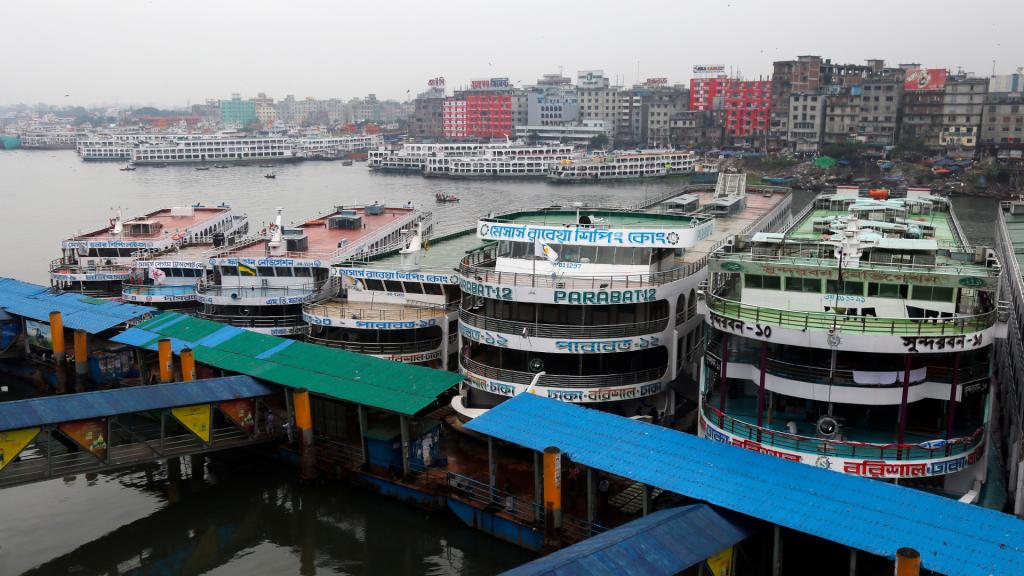 Schepen zijn aan de ketting gelegd. De storm moet nog komen, maar de economische schade is nu al groot: de tijdelijk gesloten havens zijn goed voor 80 procent van de handel in Bangladesh. Dat ligt nu stil.