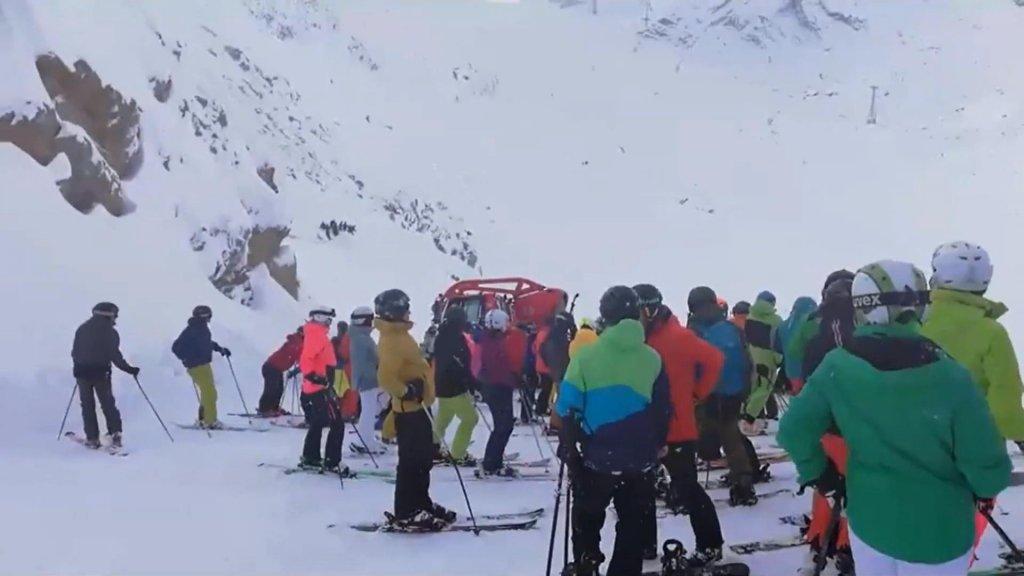 Minstens twee mensen zijn om het leven gekomen door een lawine in Tirol, vlak bij de Duits-Oostenrijkse grens.