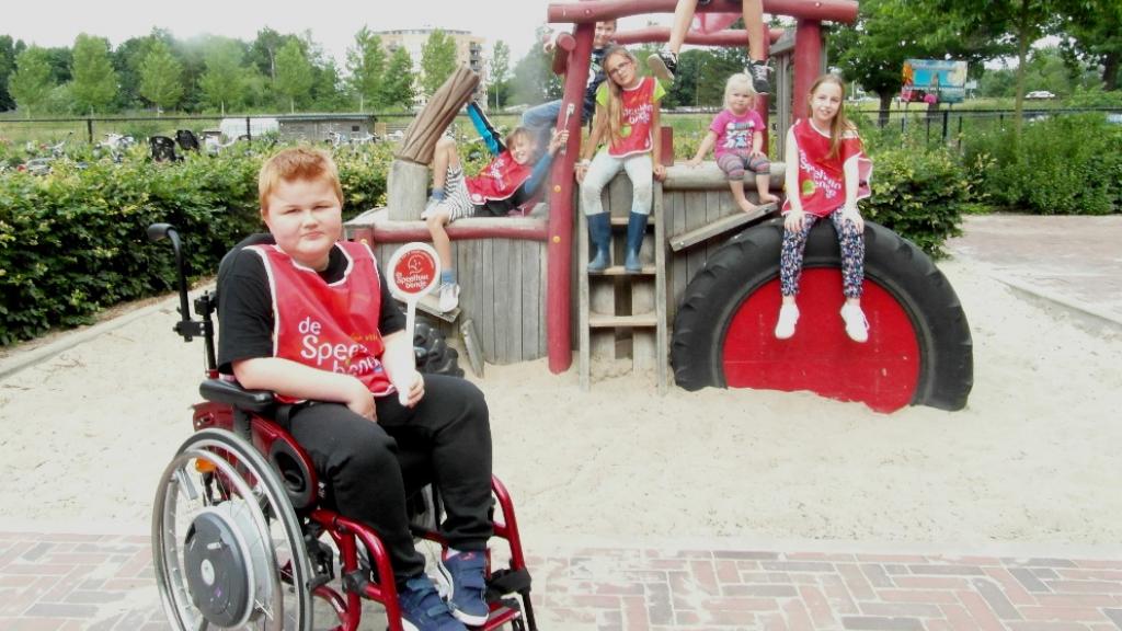 gehandicapte kinderen in een speeltuin