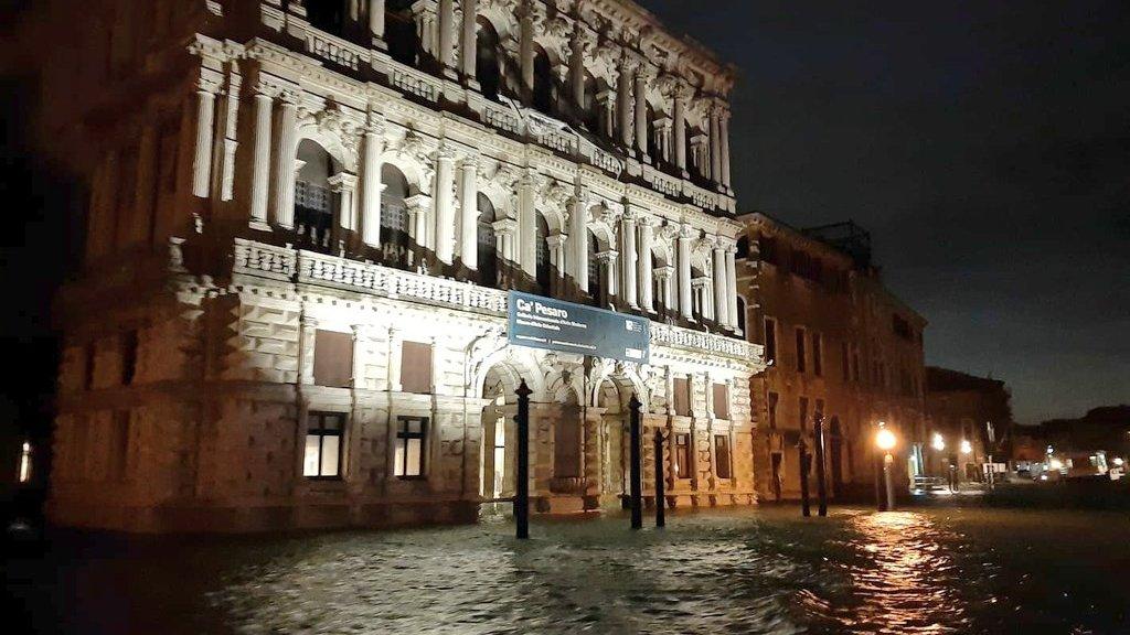 De burgemeester van Venetië bekeek de schade vanavond vanuit een boot.