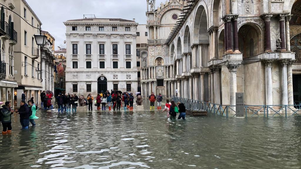 De stad heeft vlonders liggen, maar soms staat het water daarvoor zelfs te hoog.