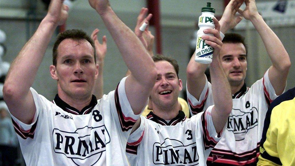 Lambert Schuurs (links) als handballer van Sittardia in het jaar 2000.