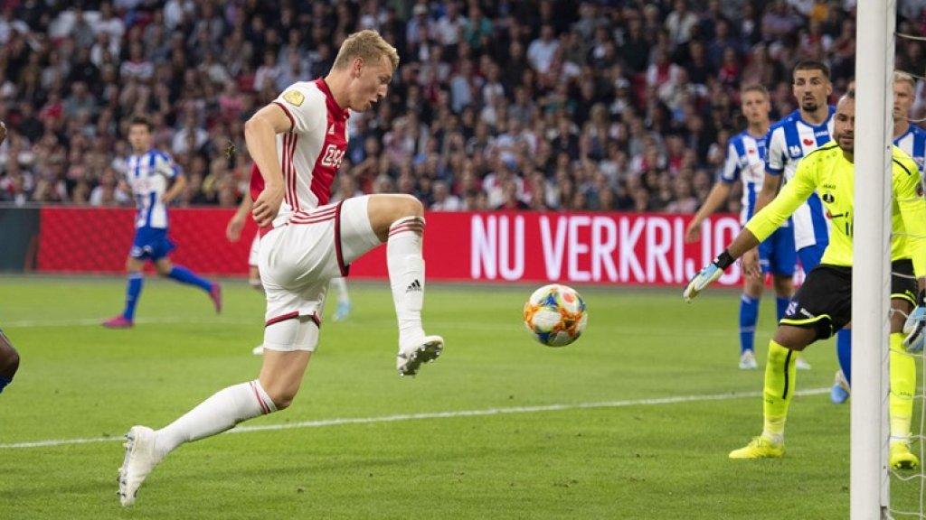 Perr Schuurs in actie voor Ajax.