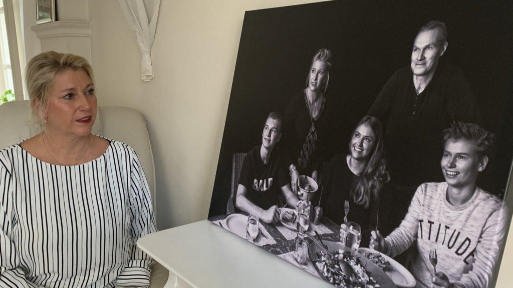 Monique Schuurs en een portret van het gezin.