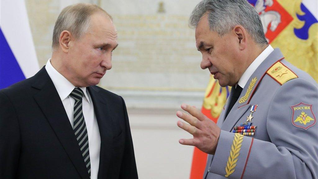 De Russische president Poetin en minister Shoigoe van Defensie.