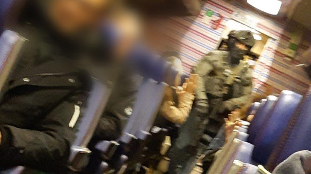 Zwaarbewapende agenten doorzoeken een trein in Eindhoven.