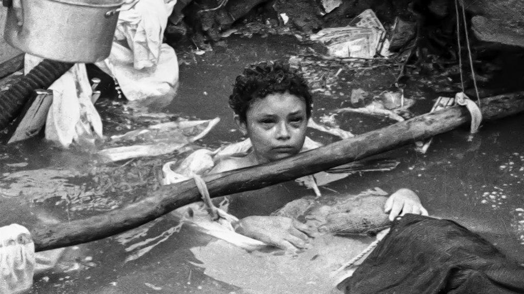 Dit iconische beeld van de 13-jarige Omayra Sanchez, drijvend in de modder in Armero,  ging de wereld over.