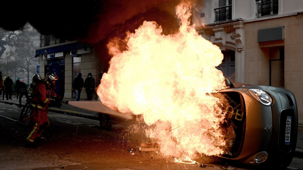 Een omgeduwde auto gaat in vlammen op. Juist het geweld rond de demonstraties heeft veel gele hesjes doen afhaken. Of de achterliggende problemen ook zijn opgelost, valt nog te bezien.