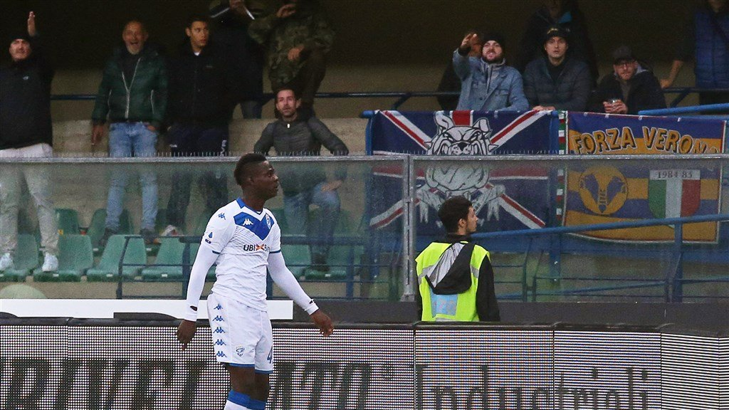 Brescia-speler Mario Balotelli is woedend op de supporters