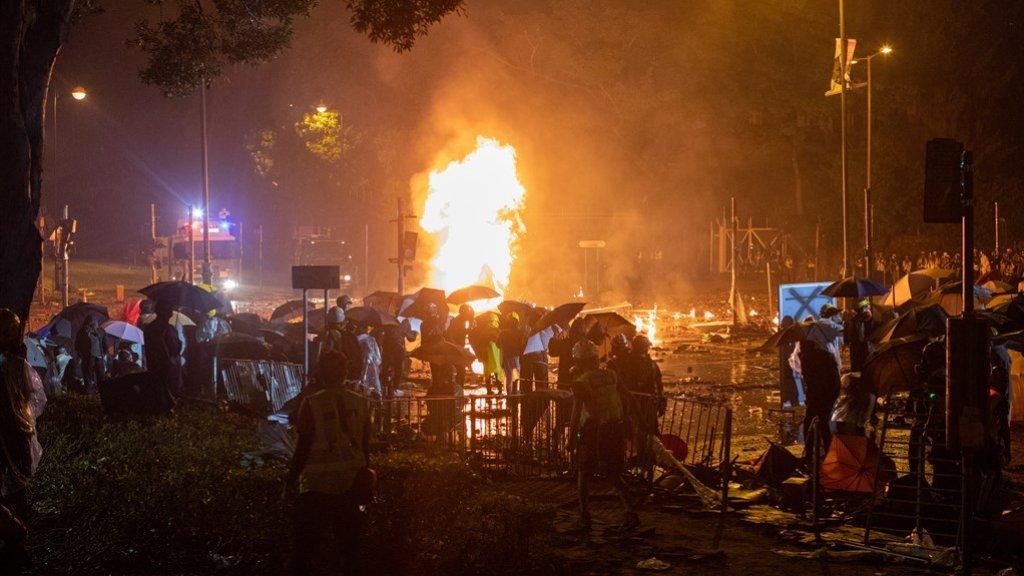 Demonstranten bestoken de agenten met molotovcocktails