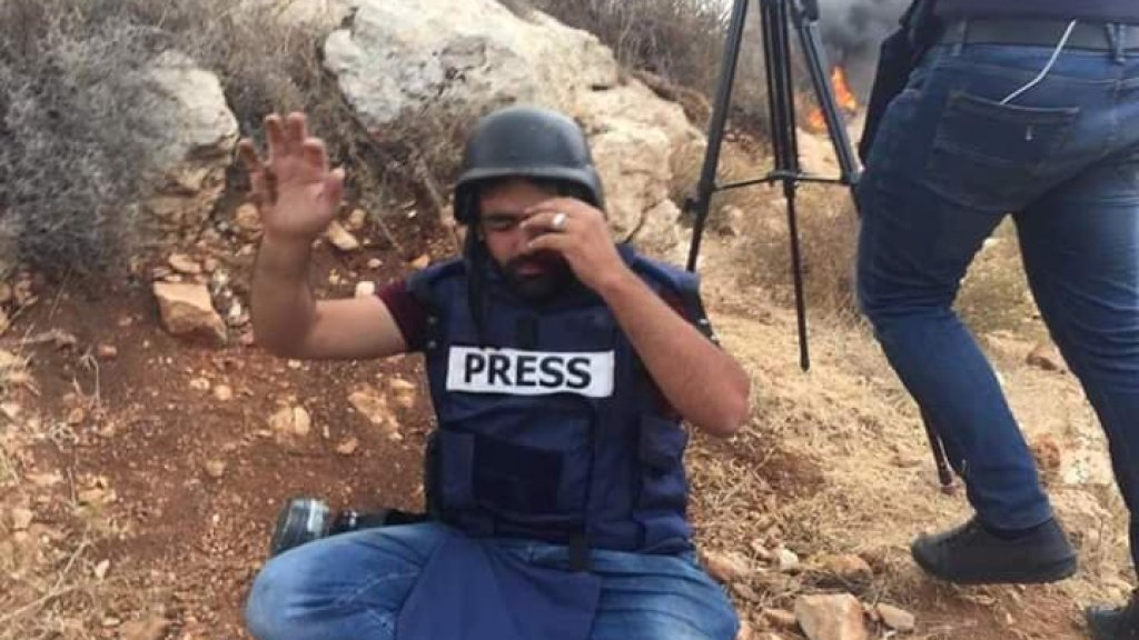 De Palestijnse journalist Muath Amarneh kort nadat hij is getroffen.