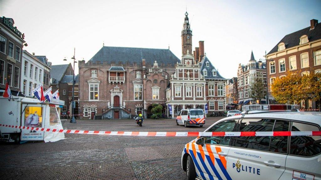 Handgranaat op trap stadhuis Haarlem, politie doet onderzoek