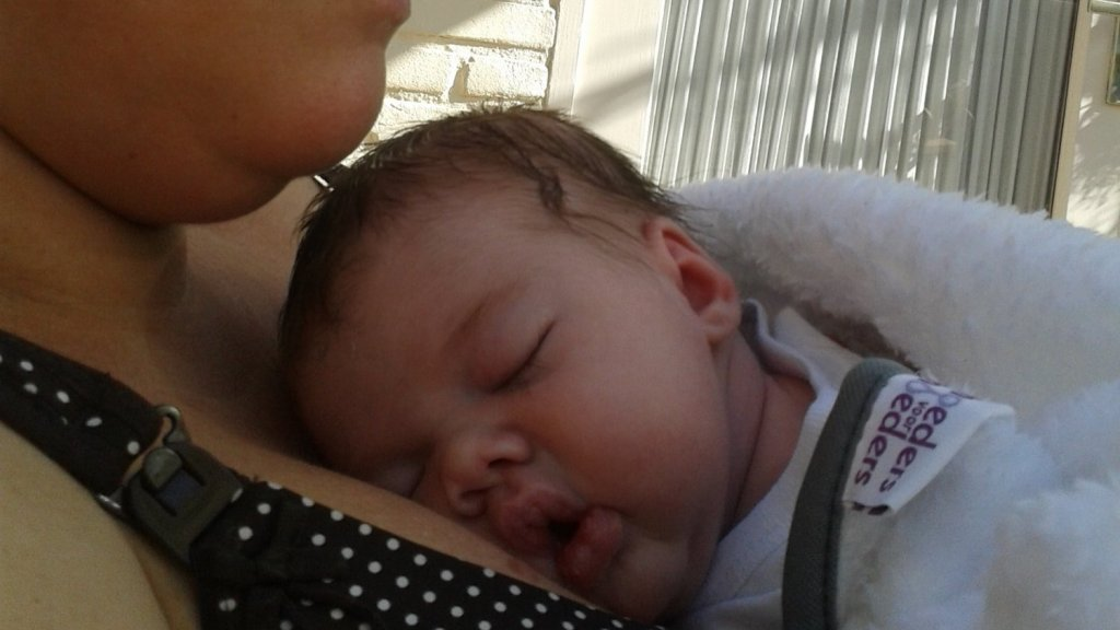 Baby Luna bij haar moeder Marloes.