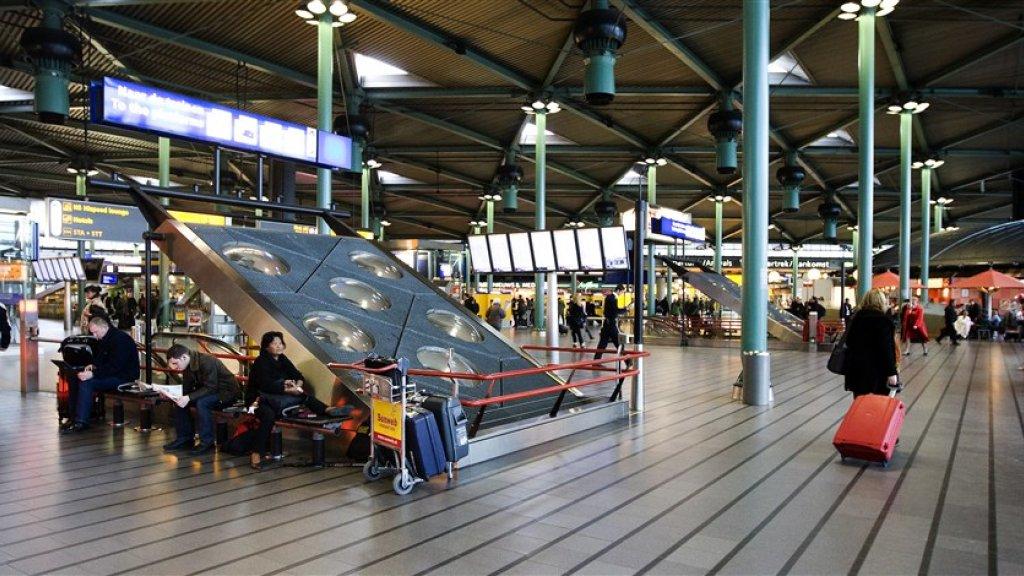 Zo ziet de aankomsthal in Schiphol er nu nog uit. Dat moet straks gaan veranderen.