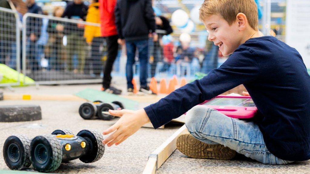 Jonge bezoekers konden zelf aan de slag met robots