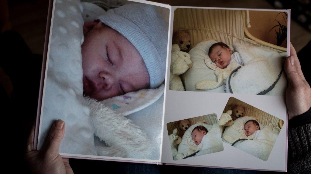 De ouders van Luna hebben een plakboek met herinneringen.