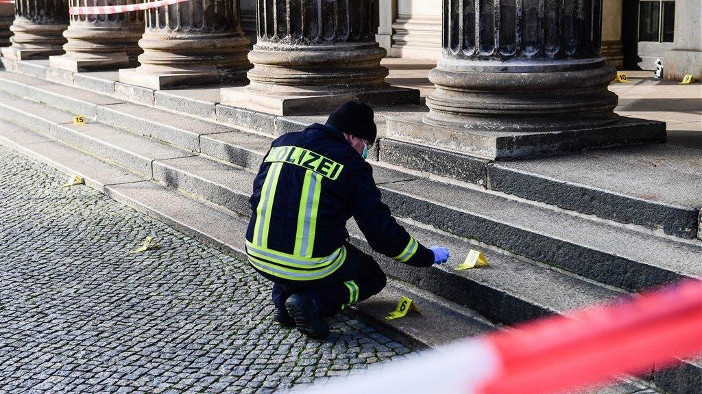 De politie doet onderzoek bij de ingang van het museum