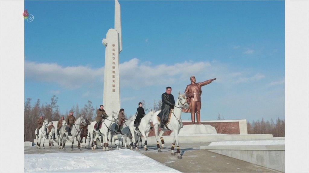 Kim Jong-un leidt de stoet langs een standbeeld van zijn voorvader.