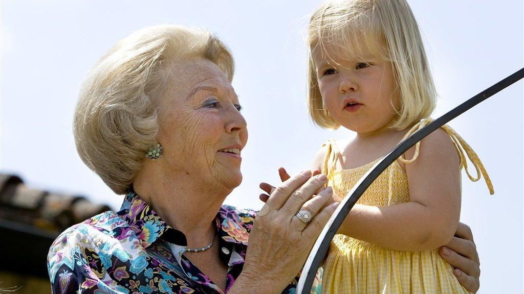 Prinses Amalia met de toenmalige koningin Beatrix in 2006.