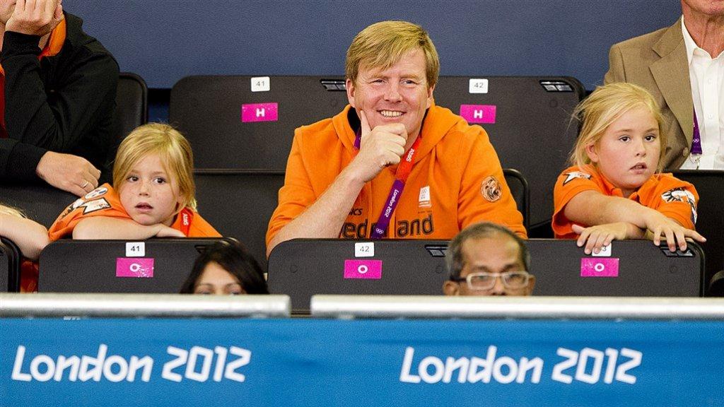 Amalia (8) met haar zusje Alexia en vader Willem-Alexander tijdens de Olympische Spelen in Londen.