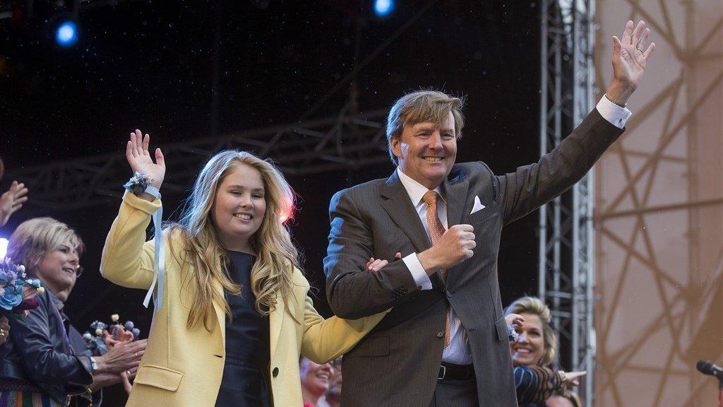 Amalia (13) met haar vader tijdens Koningsdag in Tilburg.