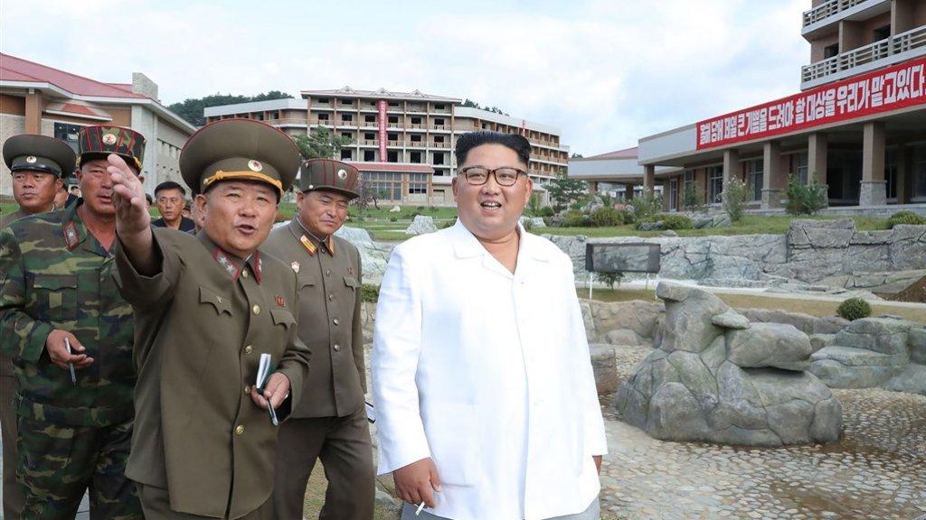 De Noord-Koreaanse leider inspecteert het resort