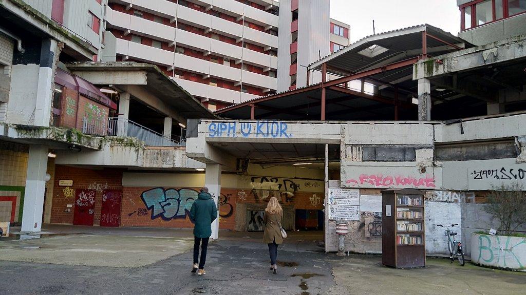 Wandelen langs verlaten winkels in Ihme-Zentrum.