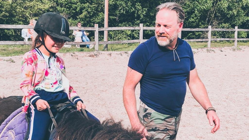 Indy houdt van paardrijden en wil later paardrijlessen geven.